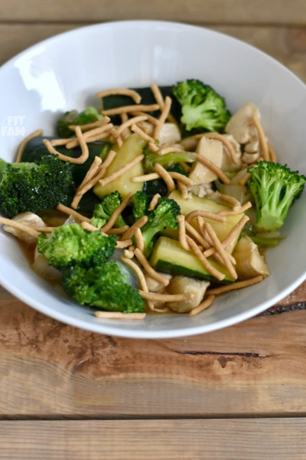 Super easy, healthy 1 pot meal, this chicken & veggie stir fry is delicious and diet friendly, perfect for iifym, macros, or any low carb diet to help with your weight loss goals