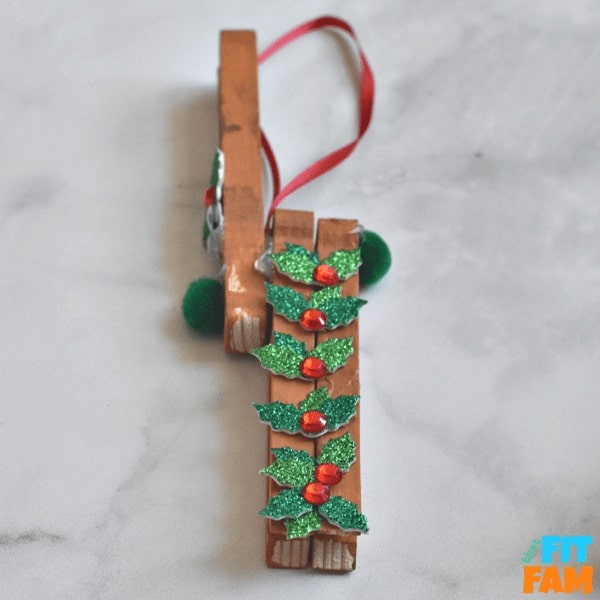 easy reindeer ornament craft for preschoolers to make, (clothespin reindeer)